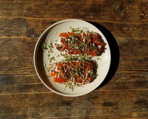 Veganer Lachs Rezept mit Brot und Remoulade