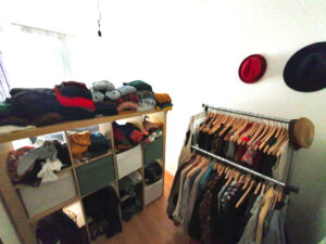 Kleiderschrank ausmisten: Bei einem vollen Kleiderschrank dringend empfohlen