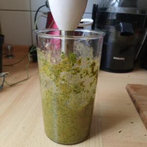 Möhrengrün Pesto mixen